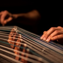 Maciej Zakrzewski playing guzheng, photo Eduardo González Camára